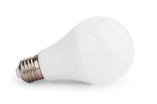 Akce: Stmívatelná LED žárovka E27 8W 720lm teplá 3+1