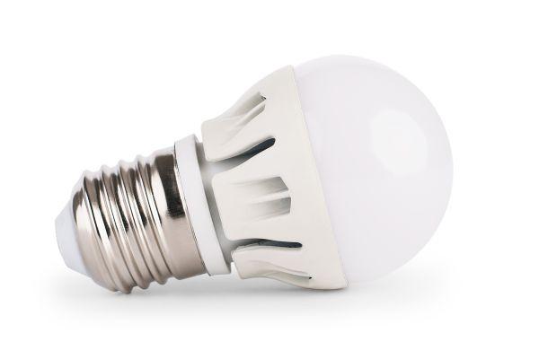 Akce: Stmívatelná LED žárovka E27 8W 720lm G45 studená 3+1